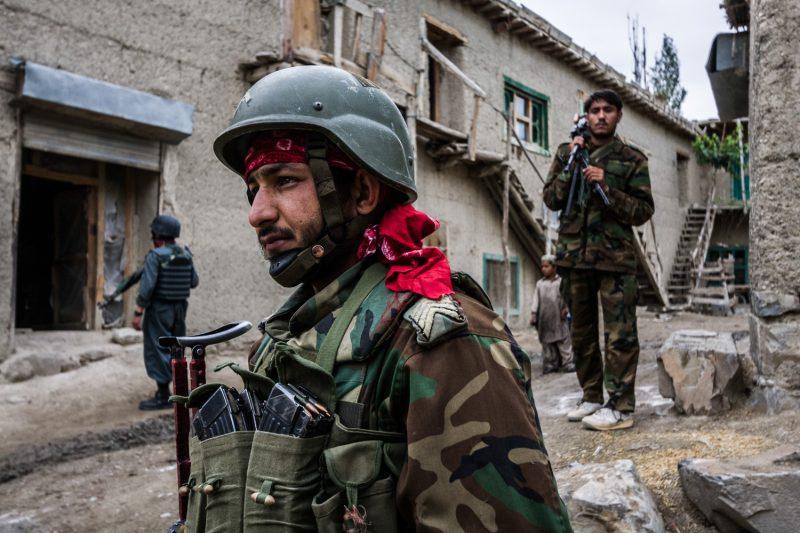 Soldaten der afghanischen Armee suchen den Kontakt zur Zivilbevölkerung in einem Dorf in der Provinz Paktika. (c) Simon Klingert