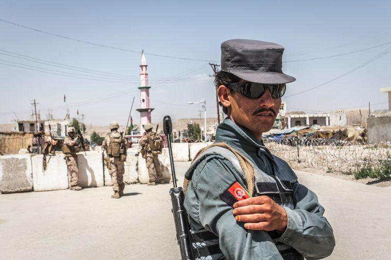 Afghanischer Polizist in der Distrikthauptstadt Musa Qala. Die Stadt in der Provinz Helmand ist mittlerweile wieder in der Hand der Taliban. (c) Simon Klingert