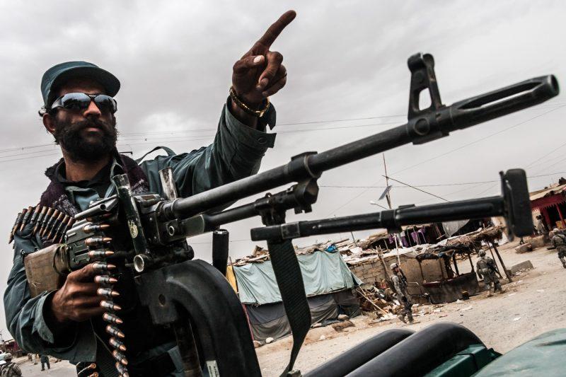 Afghanischer Polizist regelt den Verkehr in Maywand, Kandahar. (c) Simon Klingert