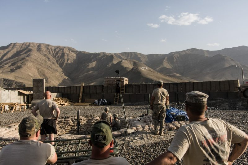US-Soldaten beobachten die Wirkung ihres 120 mm Granatwerfers auf ihrem Außenposten in der afghanischen Provinz Wardak. (c) Simon Klingert