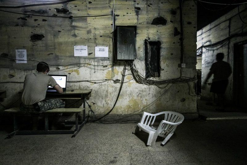 Computer mit Internetanschluss auf einem Außenposten in Baqubah, Irak. (c) Simon Klingert