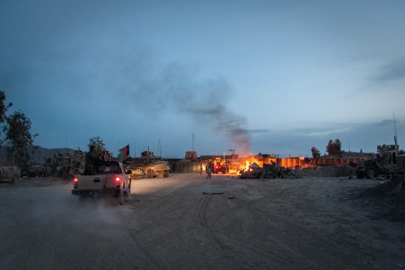 Müllverbrennung auf einer Basis der US-Marines in Naw Zad, Afghanistan. (c) Simon Klingert