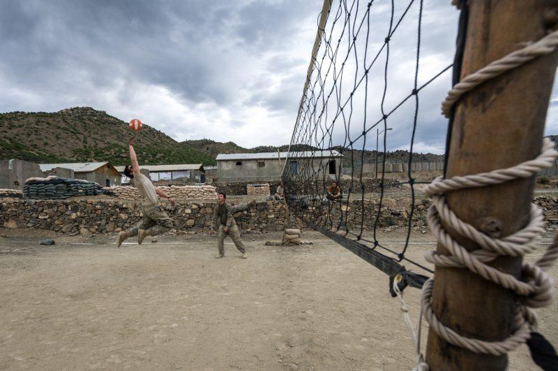 US-Soldaten spielen Volleyball auf einem Außenposten in Ost-Afghanistan. (c) Simon Klingert