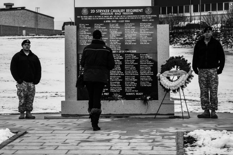 Eine Witwe besucht die Gedenkstätte des 2. US-Kavallerie-Regiments auf den Rose Baracks im bayerischen Vilseck. (c) Simon Klingert