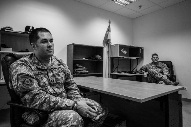Der Kommandeur der Eagle Company in seinem Büro in Deutschland einige Tage nach seiner Rückkehr aus dem Irak. (c) Simon Klingert