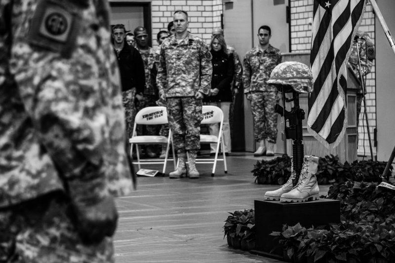 Soldaten des 2. US-Kavallerie-Regiments halten nach der Rückkehr aus einem einjährigen Einsatz im Irak eine Gedenkfeier für die gefallenen Soldaten der Einheit ab. (c) Simon Klingert
