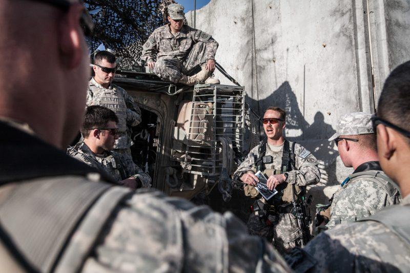 US-Soldaten beim Briefing vor einer Razzia in Zabul, Afghanistan. (c) Simon Klingert
