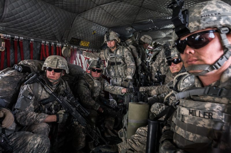 Air Assault in Ost-Afghanistan: In einem CH-47 Chinook Transporthubschrauber machen sich US-Soldaten bereit für die Landung. (c) Simon Klingert