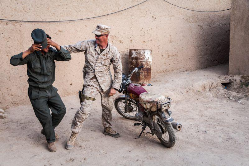 US-Marine und afghanischer Polizist beim Scherzen, Helmand, Afghanistan. (c) Simon Klingert