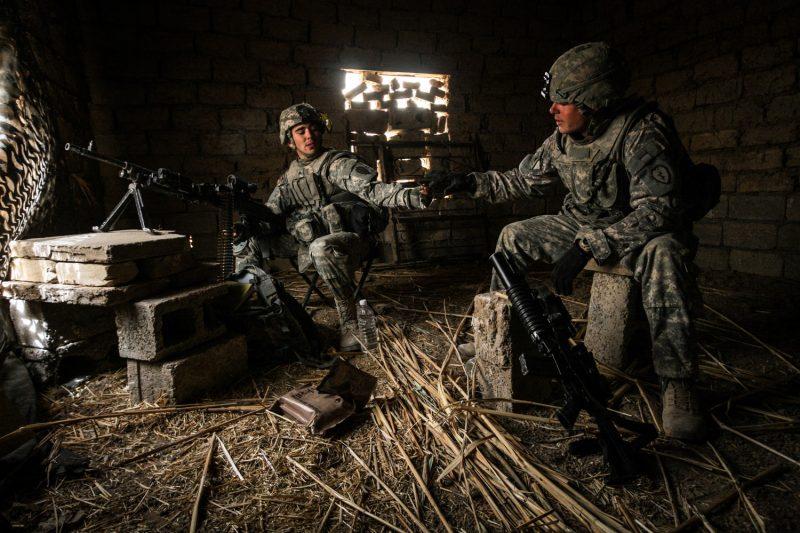US-Soldaten auf Posten in einem verlassenen Bauernhaus nördlich von Bagdad, Irak. (c) Simon Klingert