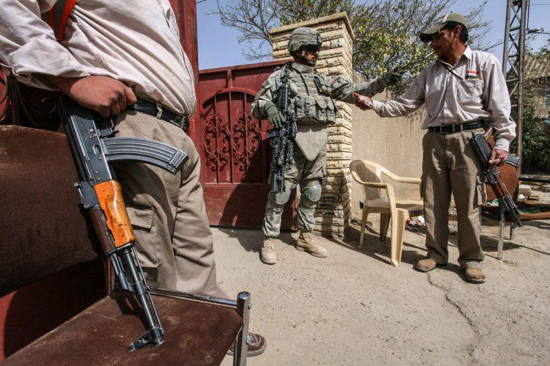 Mitglieder der al-Sahwa-Miliz in Bagdad teilen eine Zigarette mit einem US-Soldaten. (c) Simon Klingert