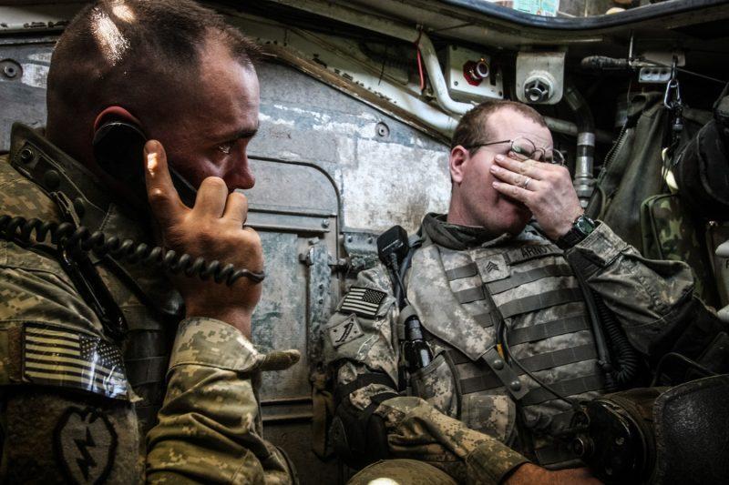 Auf Patrouille in Bagdad: Erschöpfte US-Soldaten suchen in einem Stryker-Radschützenpanzer einen Moment Ruhe. (c) Simon Klingert