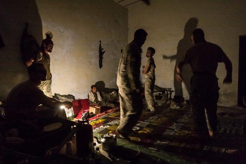 US-Soldaten und afghanische Übersetzer tanzen zu einheimischer Musik auf einem Außenposten in Ost-Afghanistan. (c) Simon Klingert