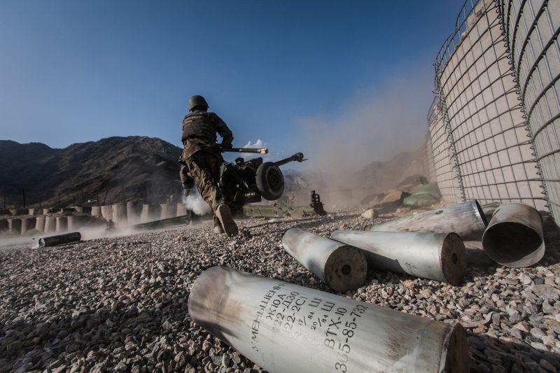 Afghanische Soldaten feuern mit einer russischen D-30 Haubitze in die Berge der Provinz Nuristan. (c) Simon Klingert