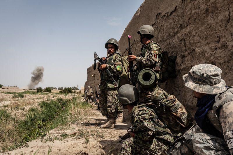 Afghanische Soldaten beobachten eine Explosion. Die großangelegte Militäroperation in der Provinz Kandahar soll die Taliban vertreiben. (c) Simon Klingert