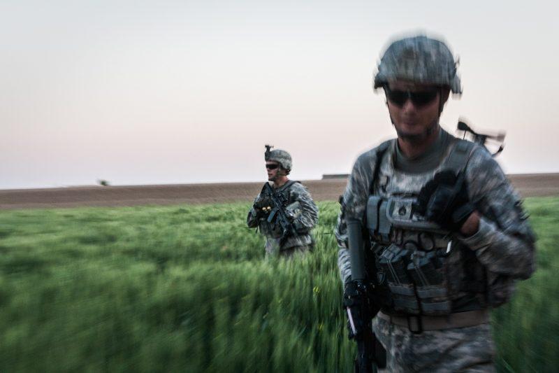 US-Soldaten durchkämmen ein Weizenfeld in Maywand, Provinz Kandahar, Afghanistan. (c) Simon Klingert