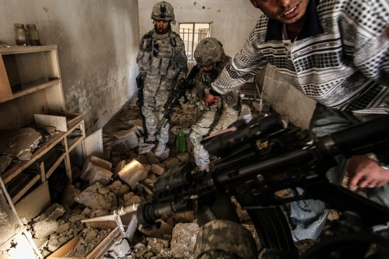 Ein irakischer Informant verrät US-Soldaten, wo Aufständische in einem Haus in Bagdad Teile zum Bau von Sprengfallen versteckt haben. (c) Simon Klingert