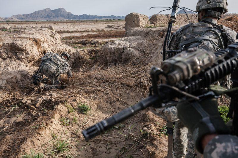 Ein US-Soldat untersucht vorsichtig den Lehmboden auf eine mögliche Sprengfalle. Bei der Operation in der Provinz Kandahar tritt kurze Zeit später ein anderer Soldat auf eine Sprengfalle und wird verwundet. (c) Simon Klingert