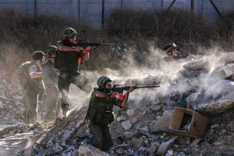 Israelische Grenzpolizisten feuern mit Gummigeschossen auf palästinensische Demonstranten nahe des Qalandiya-Checkpoints in Jerusalem.