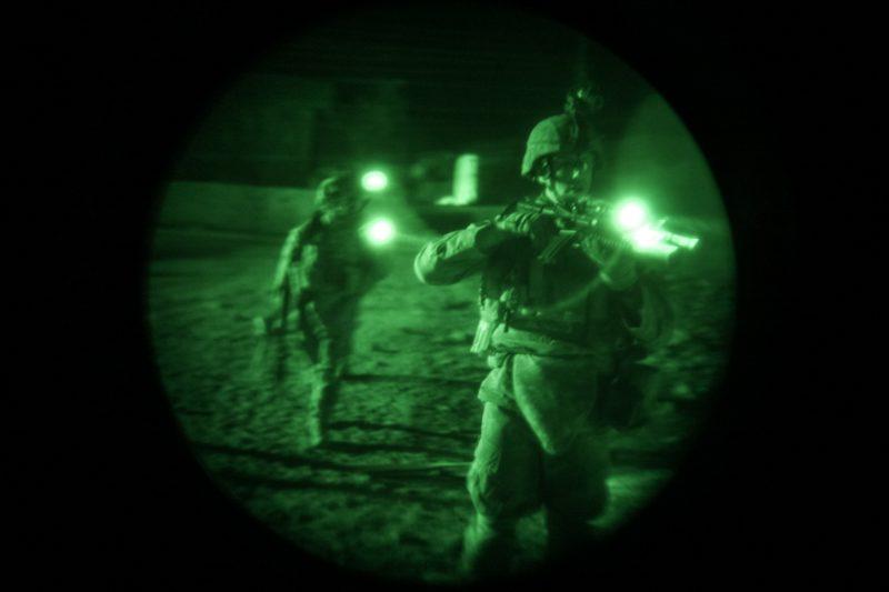 US-Soldat auf Patrouille nördlich von Bagdad, fotografiert durch ein Nachtsichtgerät. (c) Simon Klingert