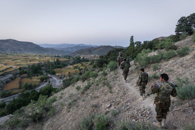 Soldaten auf Patrouille in den Bergen Ost-Afghanistans: Auf solchen Pfaden sind versteckte Sprengfallen eine große Gefahr. (c) Simon Klingert