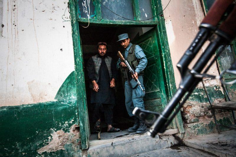 Afghanische Polizisten bei einer Razzia auf ein Hotel in Zabul. (c) Simon Klingert