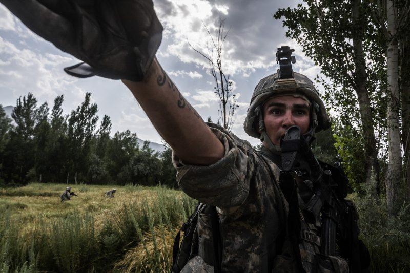 Unsichtbarer Feind: US-Soldaten versuchen auszumachen, von woher der Beschuss rührt. (c) Simon Klingert