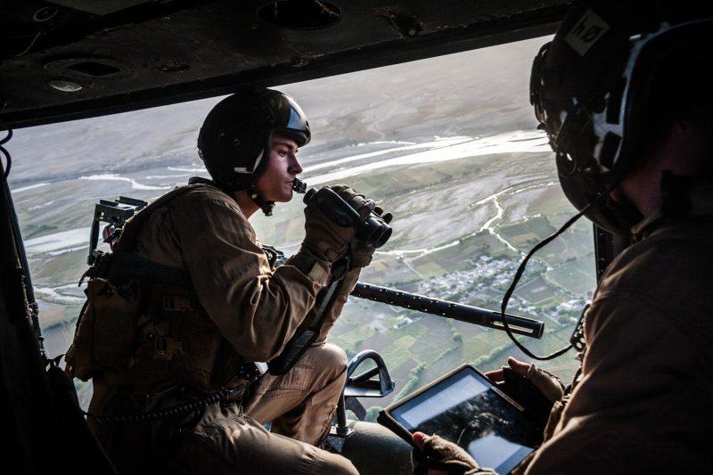 Door Gunner eines UH-1Y Venom Helikopters beobachtet das Terrain. Bei der Luftunterstützungssmission über Sangin in der afghanischen Provinz Helmand erhalten Truppen am Boden Feuerschutz. (c) Simon Klingert