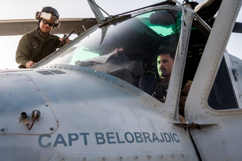 Camp Bastion: Die Crew eines UH-1Y Venom Helikopters bereitet sich auf eine Mission zur Luftunterstützung vor. (c) Simon Klingert