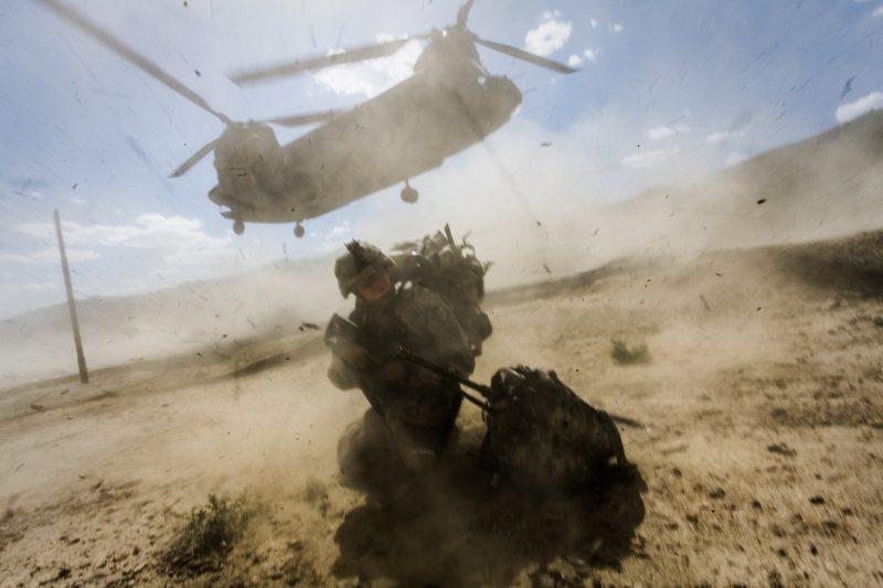 CH-47 Chinook Transporthubschrauber landet bei einem Außenposten in Ost-Afghanistan. (c) Simon Klingert