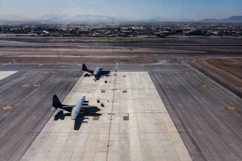 C-130 Transportflugzeuge auf dem Flugfeld Kandahar Airfield, Afghanistan. (c) Simon Klingert