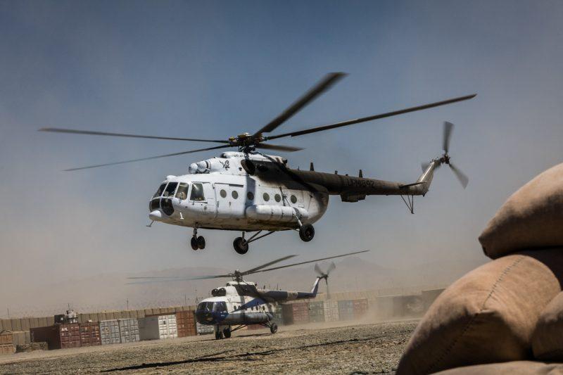 Gecharterte Mil-Mi-17 Hubschrauber versorgen eine Militärbasis in Ost-Afghanistan. (c) Simon Klingert