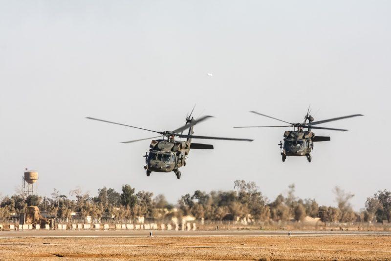 Zwei UH-60 Blackhawk Hubschrauber der US-Armee beim Start von Camp Taji, Irak. (c) Simon Klingert