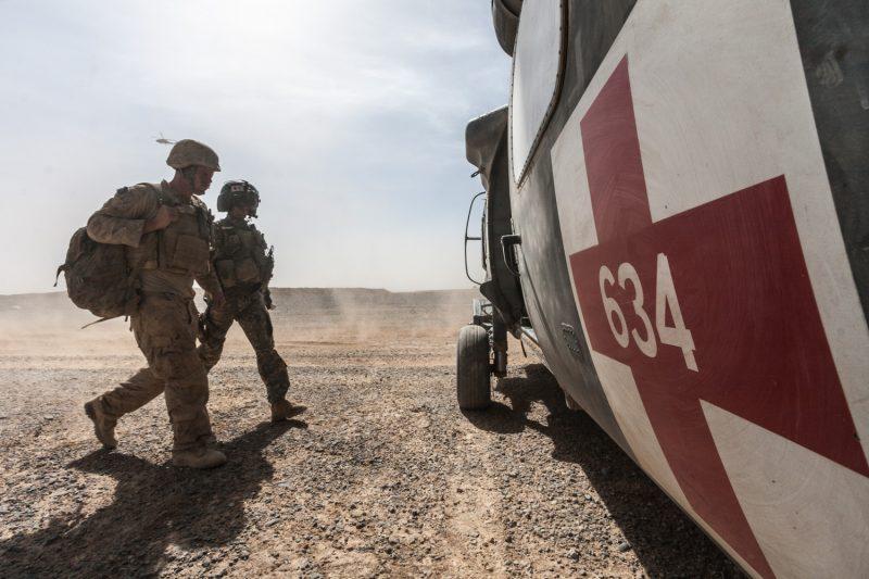 Ein MEDEVAC-Hubschrauber evakuiert einen US-Marine zur medizinischen Versorgung auf eine größere Basis in der afghanischen Provinz Helmand. (c) Simon Klingert