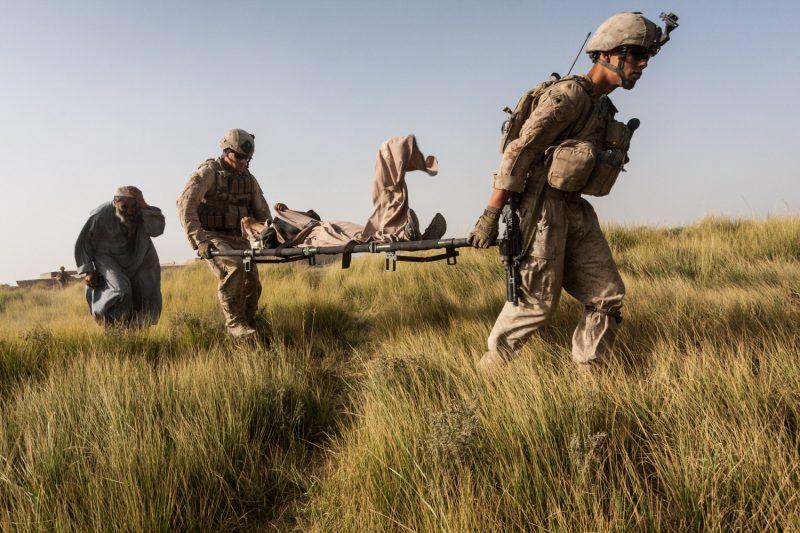 US-Marines tragen einen verletzten afghanischen Jungen zum MEDEVAC-Hubschrauber. (c) Simon Klingert