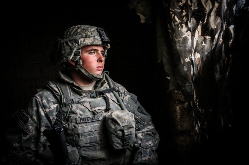 Junger US-Soldat auf Posten in einem verlassenen Haus nahe Taji, Irak. (c) Simon Klingert