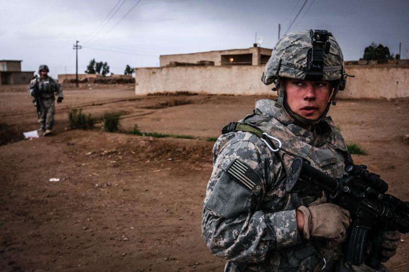 US-Soldat patrouilliert in einem Dorf nördlich von Bagdad. Die Gefahr lauert überall. (c) Simon Klingert