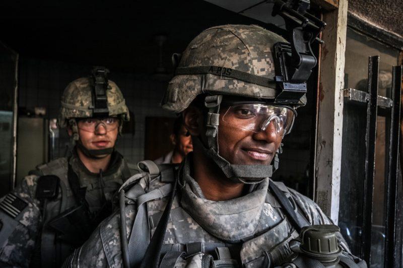 Im Süden der irakischen Hauptstadt Bagdad suchen US-Soldaten in verlassenen Häusern nach versteckten Waffen und Sprengstoff. (c) Simon Klingert
