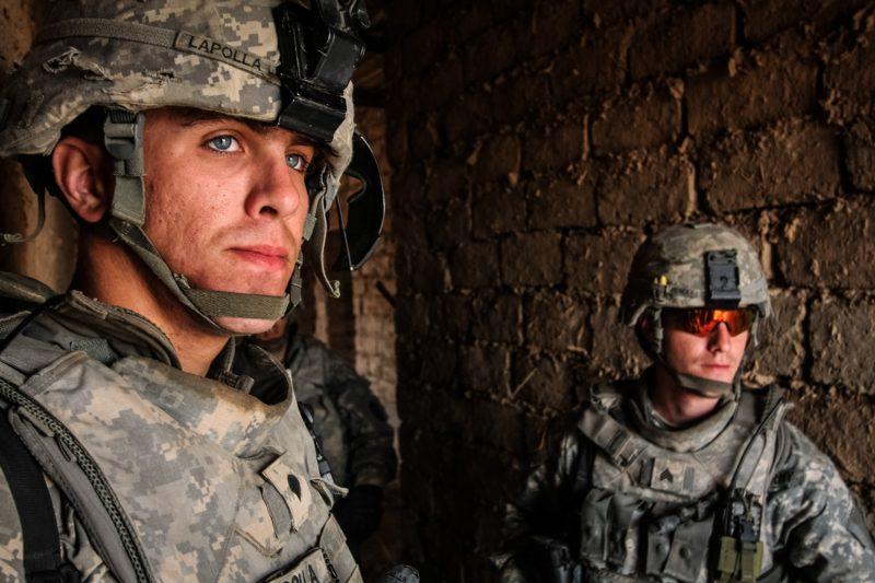 US-Soldaten beobachten einen Sandsturm im Schutze eines verlassenen Bauernhauses bei Taji, Irak. (c) Simon Klingert