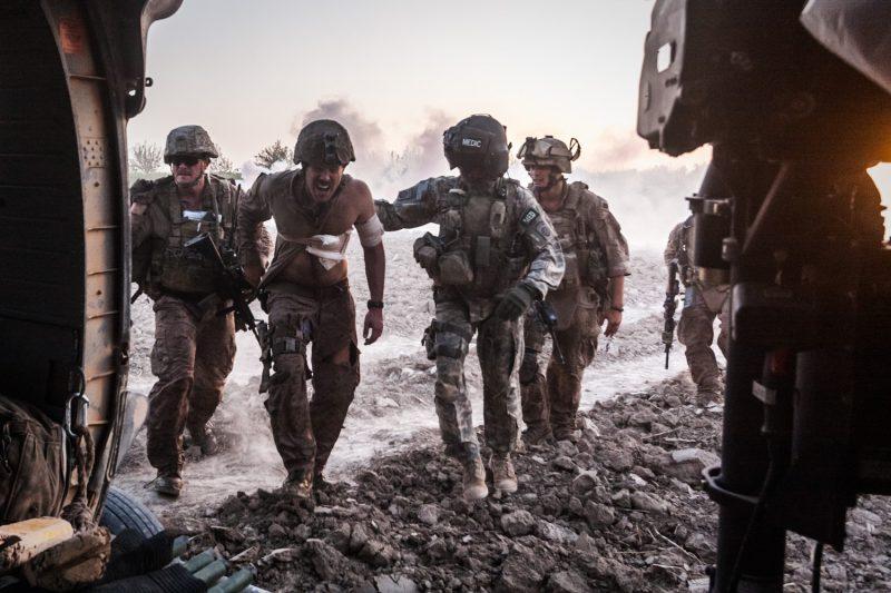 Der US-Marine Jack Lowder wird vom Schlachtfeld in der afghanischen Provinz Helmand evakuiert. Als der MEDEVAC-Hubschrauber abhebt, entdecken seine Kameraden auf dem Landeplatz eine Sprengfalle. (c) Simon Klingert