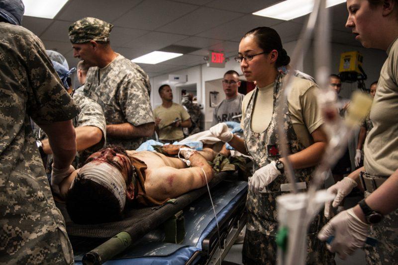 Ein verwundeter afghanischer Soldat erhält nach der Einlieferung in die Notaufnahme eines US-Lazaretts in Ost-Afghanistan medizinische Versorgung. (c) Simon Klingert
